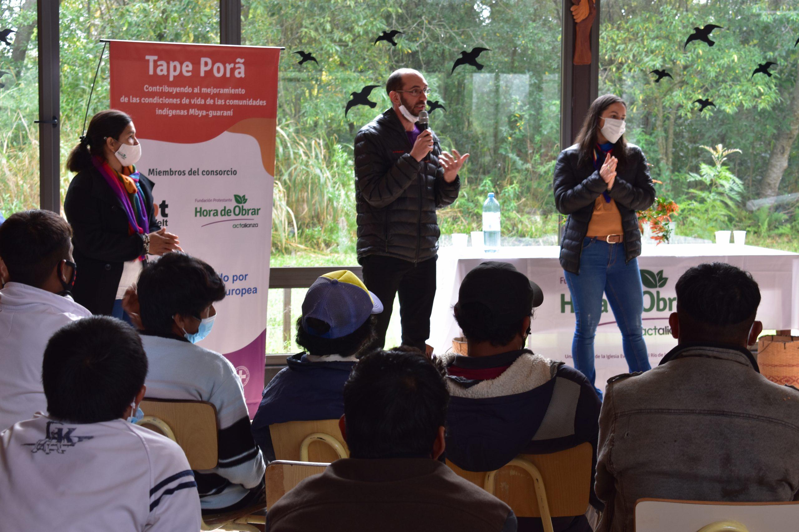 Laura Gomez, Javier Allara y Rosana Schnorr de Fundación Hora de Obrar presentan el proyecto Tape Pora. Foto: Fabían Dinamarca